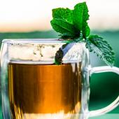 شاي بنعناع: اللياقة بالعربي!
